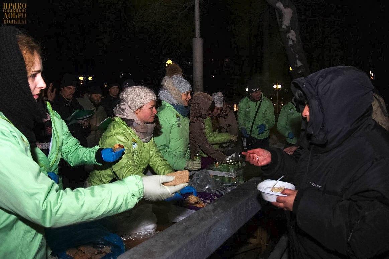 Кормление бездомных на Киевском вокзале
