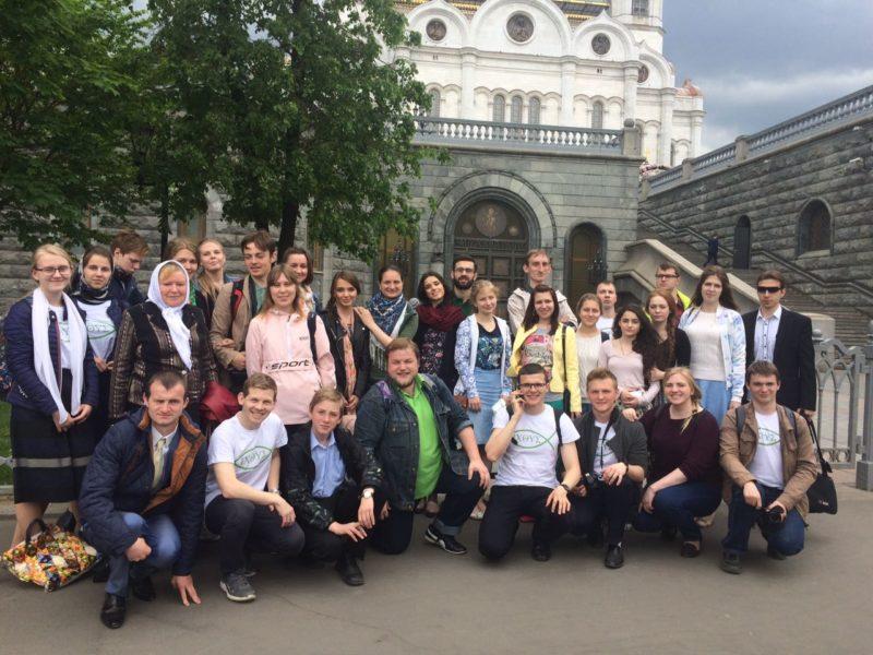 Православные добровольцы всей страны трудятся вместе у мощей Святителя Николая