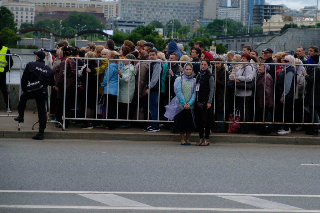 Очередь к мощам святителя Николая Чудотворца на набережной, г. Москва