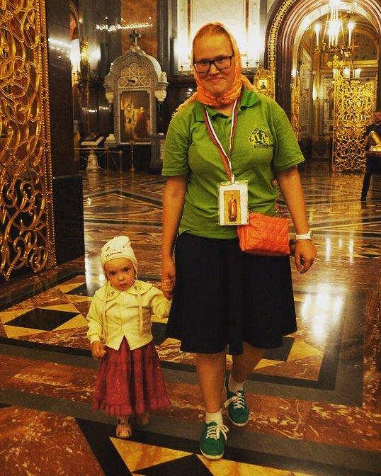 Православный доброволец Юлия Егорова на дежурстве у мощей Святителя Николая Чудотворца
