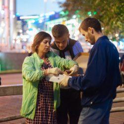 Кормление бездомных на Киевском вокзале 11 октября