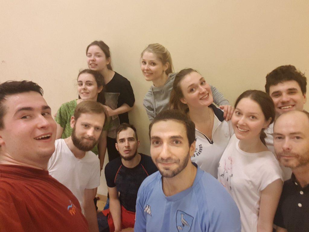 Уставшие, довольные спортивные добровольцы