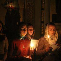 Православная молодёжь ночью молится