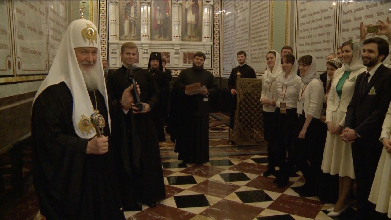 Святейший Патриарх подарил православным добровольцам на Рождество экшн-камеру и благословил на начало флешмоба #колядка2017 в социальных сетях.