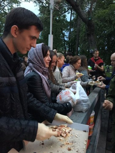 31 мая Православные добровольцы накормили бездомных у Киевского вокзала